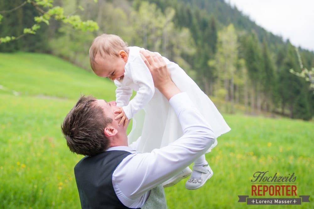 Bräutigam hebt Baby hoch, Radstadt, Hochzeitsfotograf, Wedding Photographer,Land Salzburg,  Lorenz Masser