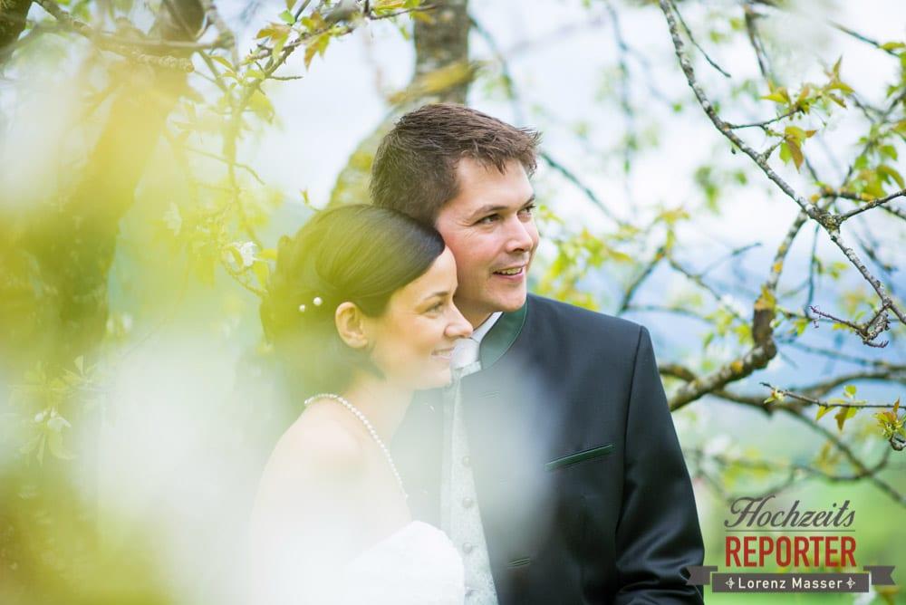 Brautpaar schaut in die Ferne, Radstadt, Hochzeitsfotograf, Wedding Photographer,Land Salzburg,  Lorenz Masser