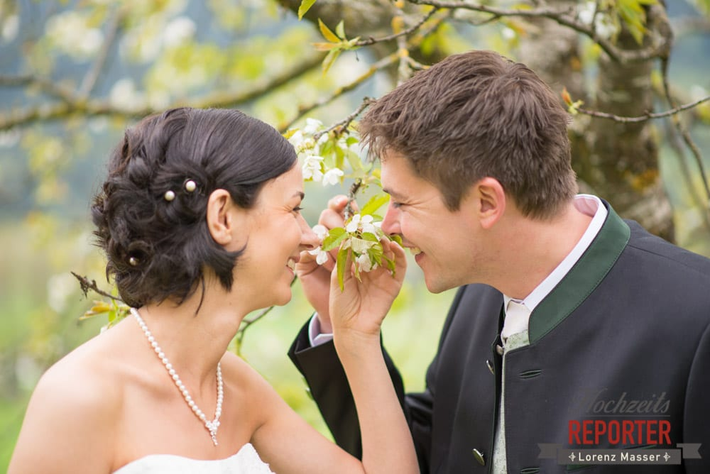 Brautpaar riecht an Kirschblüten, Radstadt, Hochzeitsfotograf, Wedding Photographer,Land Salzburg,  Lorenz Masser