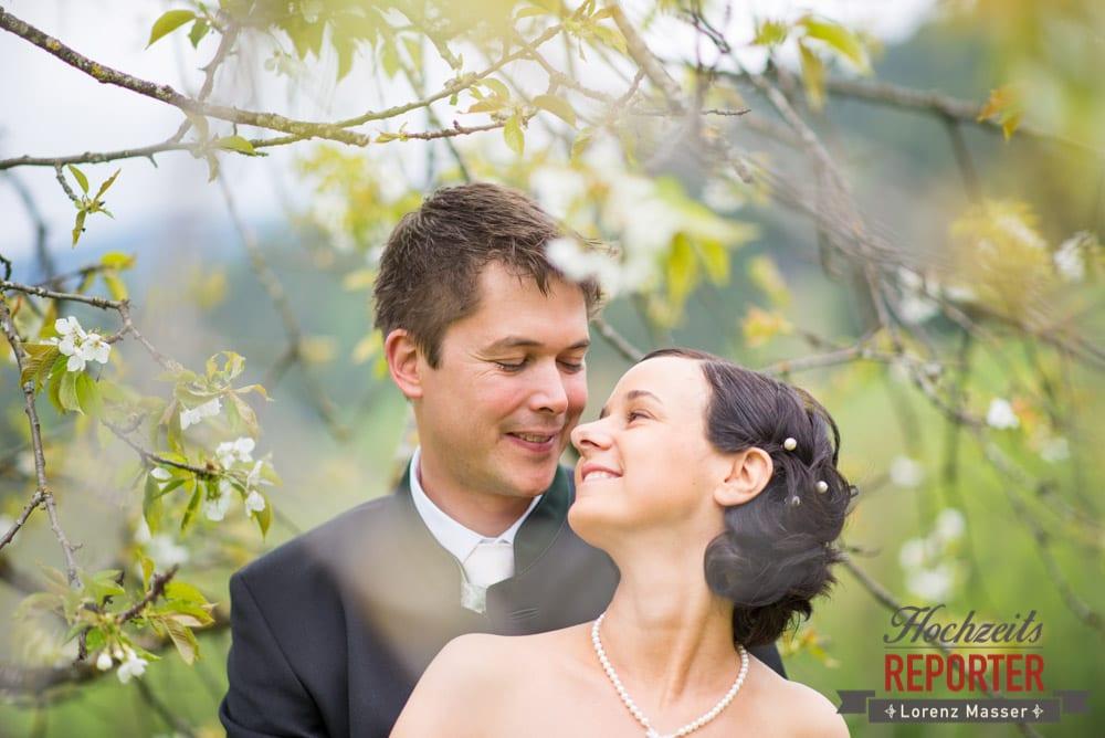 Brautpaar under Kirschbaum schaut sich in die Augen, Radstadt, Hochzeitsfotograf, Wedding Photographer,Land Salzburg,  Lorenz Masser