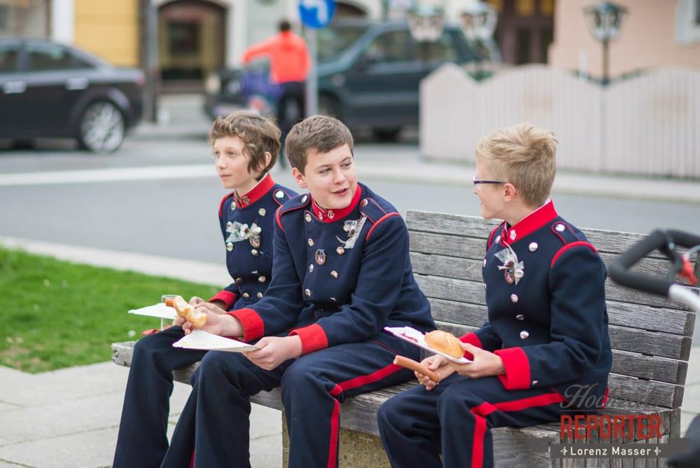 jungs in Uniform unterhalten sich, blau-rote Uniform, Radstadt, Hochzeitsfotograf, Wedding Photographer,Land Salzburg,  Lorenz Masser