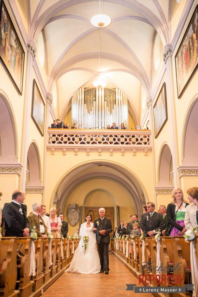 Braut und Vater gehen zusammen zum Bräutigam, Radstadt, Hochzeitsfotograf, Wedding Photographer,Land Salzburg,  Lorenz Masser