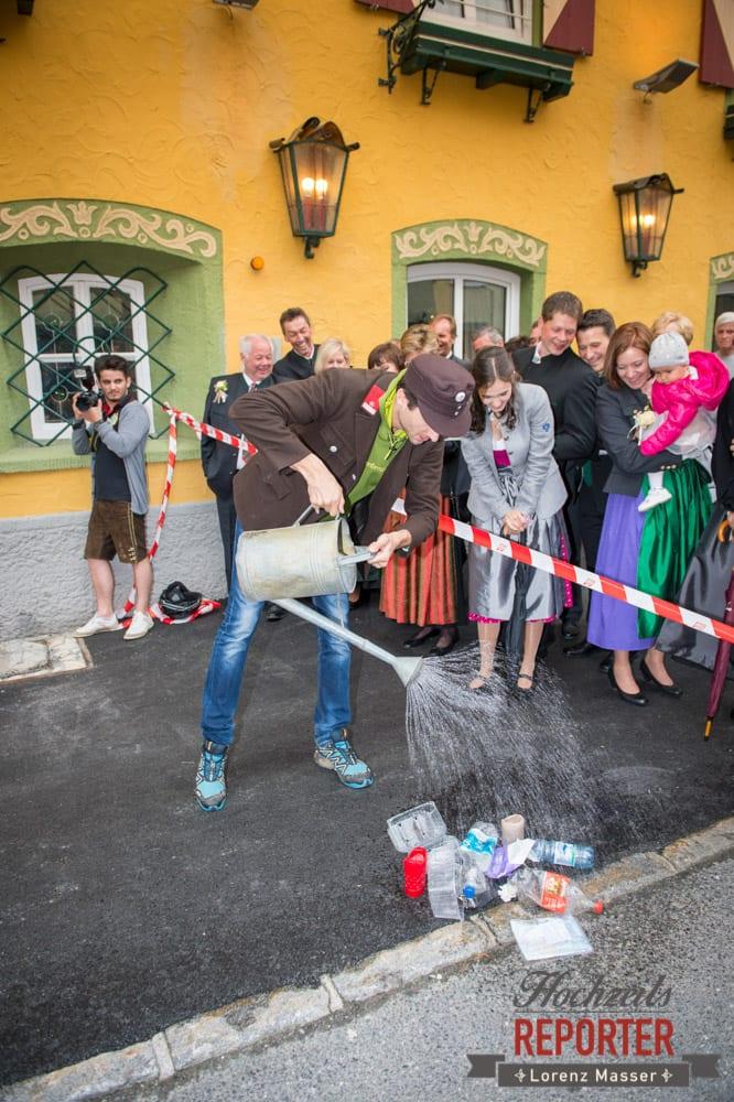 Spaß nach der Hochzeit, Müll gießen, Radstadt, Hochzeitsfotograf, Wedding Photographer,Land Salzburg,  Lorenz Masser
