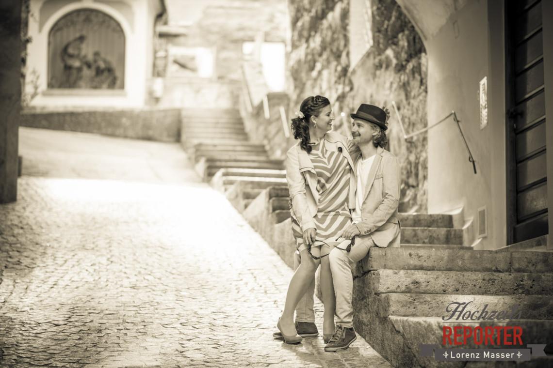 Braut sitzt auf Bräutigam, Kapuzienerberg, Altstadt Salzburg, Hochzeit, Hochzeitsfotograf, Wedding, Wedding Photographer,Fotograf Land Salzburg, Lorenz Masser