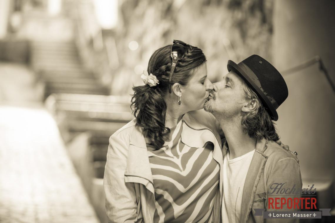 Brautpaar küsst sich, Portrait, Kapuzienerberg, Altstadt Salzburg, Hochzeit, Hochzeitsfotograf, Wedding, Wedding Photographer,Fotograf Land Salzburg, Lorenz Masser