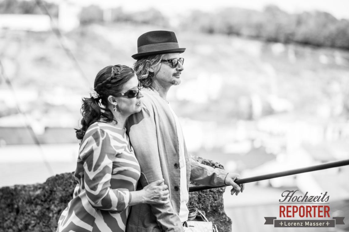 Brautpaar schaut in die Ferne, Kapuzienerberg, Altstadt Salzburg, Hochzeit, Hochzeitsfotograf, Wedding, Wedding Photographer,Fotograf Land Salzburg, Lorenz Masser