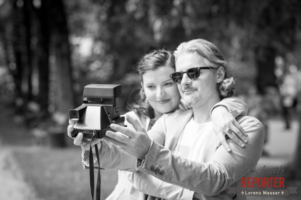 Brautpaar macht Polaroidfotos, Schloss Mirabell, Altstadt Salzburg, Hochzeit, Hochzeitsfotograf, Wedding, Hochzeitsshooting, Wedding Photographer,Fotograf Land Salzburg, Lorenz Masser