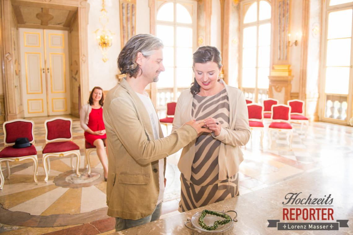 Brautpaar beim Ringwechsel, Schloss Mirabell, Altstadt Salzburg, Hochzeit, Hochzeitsfotograf, Wedding, Hochzeitsshooting, Wedding Photographer,Fotograf Land Salzburg, Lorenz Masser