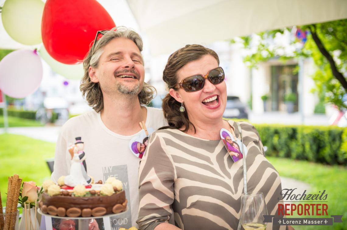 Brautpaar lacht, Schloss Mirabell, Altstadt Salzburg, Hochzeit, Hochzeitsfotograf, Wedding, Hochzeitsshooting, Wedding Photographer,Fotograf Land Salzburg, Lorenz Masser