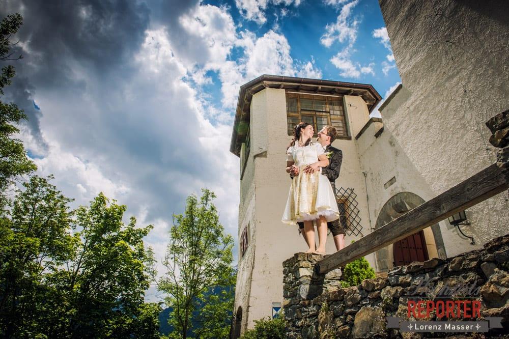 Brautpaar steht vor Burg und schaut sich an, Hochzeit, Schloss Mittersill, Mittersill, Hochzeit, Hochzeitsfotograf, Wedding Photographer,Fotograf Land Salzburg, Lorenz Masser
