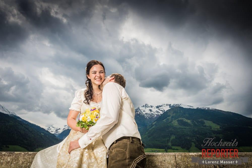 Lustige Hochzeitsfotos, Bräutigam küsst lachende Braut auf den Hals, Hochzeit, Schloss Mittersill, Mittersill, Hochzeit, Hochzeitsfotograf, Wedding Photographer,Fotograf Land Salzburg, Lorenz Masser
