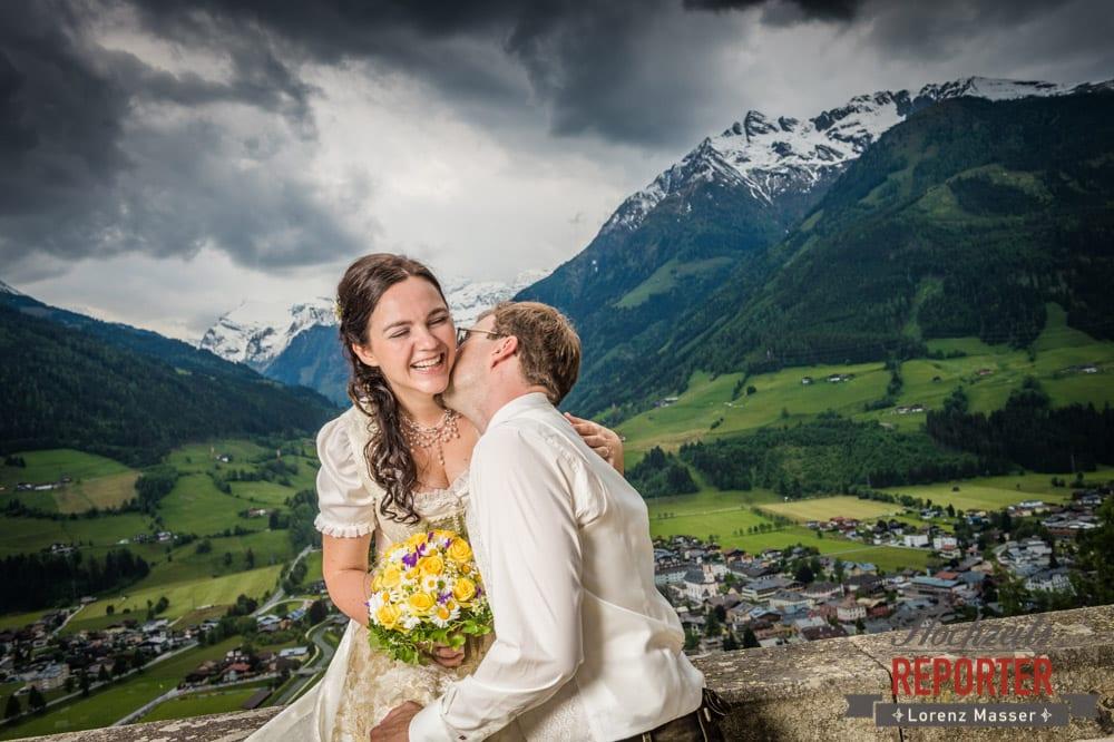 Bräutigam küsst lachende Braut auf Hals, Hochzeit, Schloss Mittersill, Mittersill, Hochzeit, Hochzeitsfotograf, Wedding Photographer,Fotograf Land Salzburg, Lorenz Masser