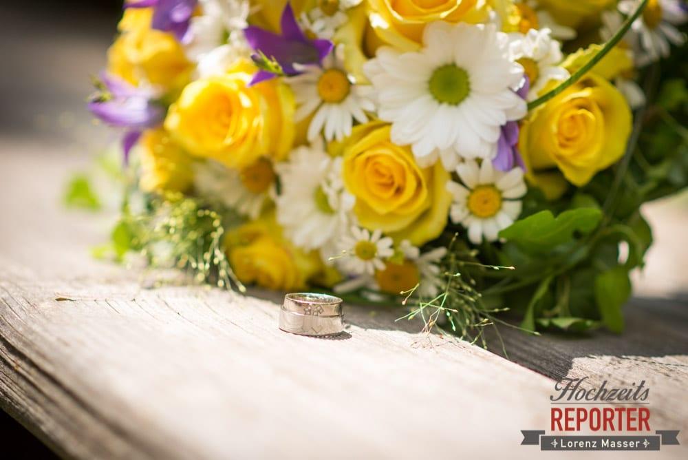 gelb lila weißer Brautstrauß, Hochzeit, Schloss Mittersill, Mittersill, Hochzeit, Eheringe,  Hochzeitsfotograf, Wedding Photographer,Fotograf Land Salzburg, Lorenz Masser