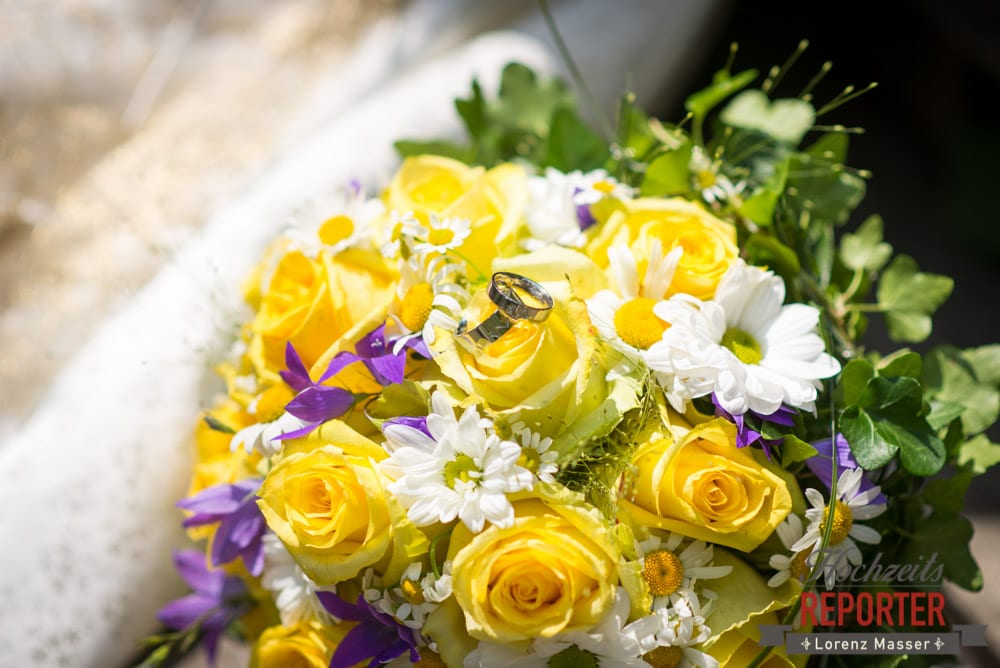 Eheringe auf Brautstrauß, Hochzeit, Schloss Mittersill, Mittersill, Hochzeit, Hochzeitsfotograf, Wedding Photographer,Fotograf Land Salzburg, Lorenz Masser