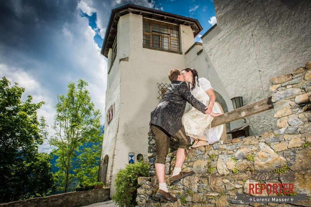 Brautpaar küsst sich bei Schloss Mittersill, Hochzeit, Schloss Mittersill, Mittersill, Hochzeit, Hochzeitsfotograf, Wedding Photographer,Fotograf Land Salzburg, Lorenz Masser