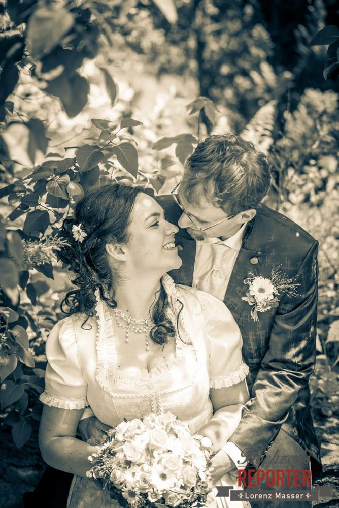 Brautpaar turtelt unter Baum, Hochzeit, Schloss Mittersill, Mittersill, Hochzeit, Hochzeitsfotograf, Wedding Photographer,Fotograf Land Salzburg, Lorenz Masser