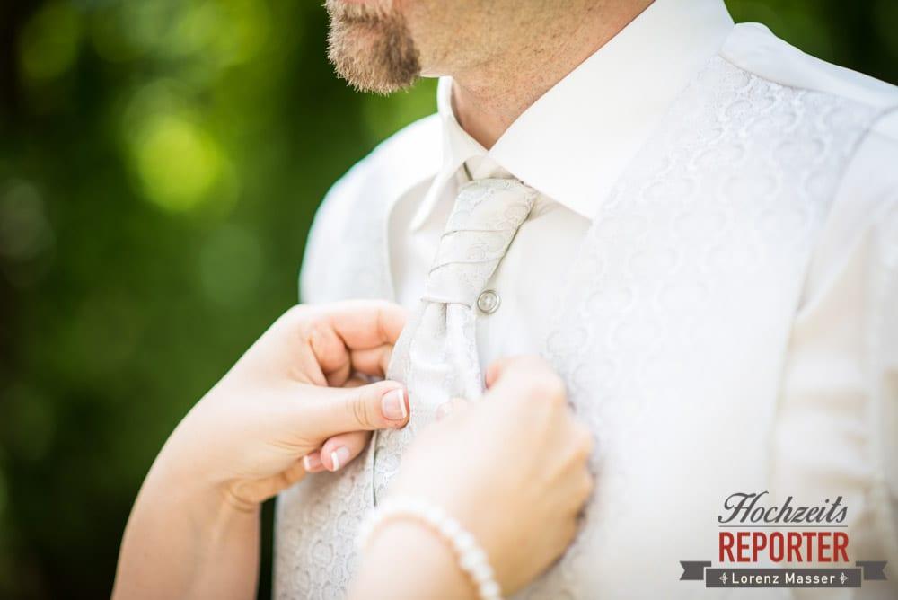 Braut richtet Bräutigam die Krawatte, Hochzeit, Schloss Mittersill, Mittersill, Hochzeit, Hochzeitsfotograf, Wedding Photographer,Fotograf Land Salzburg, Lorenz Masser