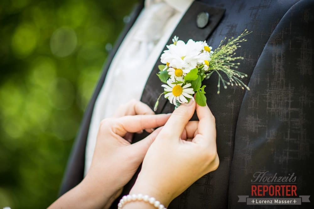 Braut richtet Bräutigam anstecker, Anstecker zur Hochzeit, Hochzeit, Schloss Mittersill, Mittersill, Hochzeit, Hochzeitsfotograf, Wedding Photographer,Fotograf Land Salzburg, Lorenz Masser