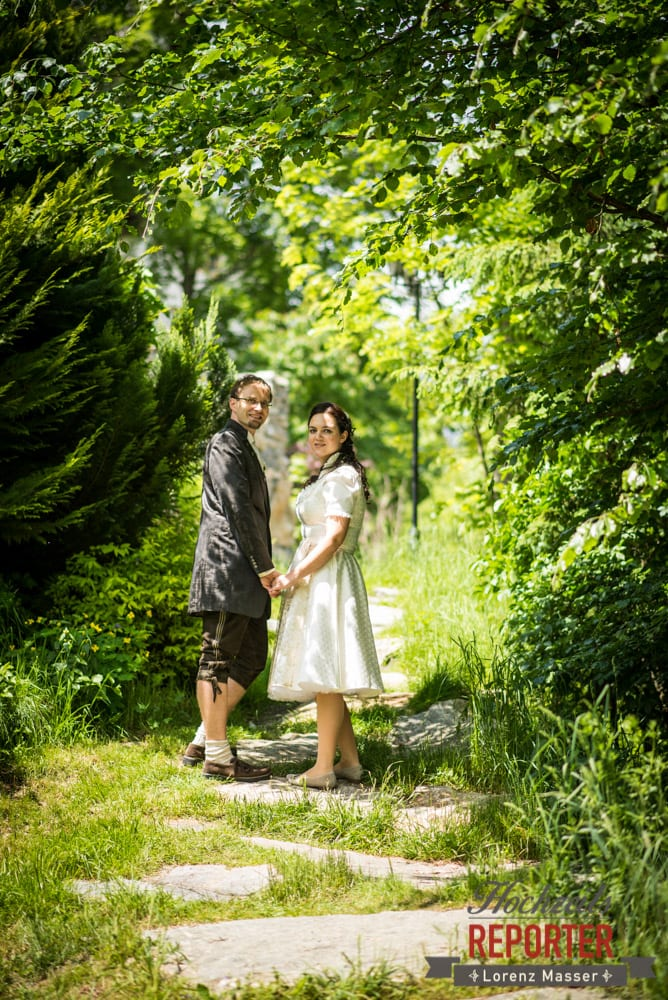 Brautpaar in Natur, Brautpaar haltet sich die Hände, Hochzeit, Schloss Mittersill, Mittersill, Hochzeit, Hochzeitsfotograf, Wedding Photographer,Fotograf Land Salzburg, Lorenz Masser
