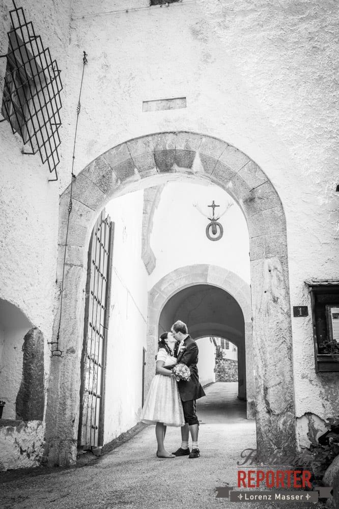 Brautpaar küsst sich beim Eingang des Schlosses, Hochzeit, Schloss Mittersill, Mittersill, Hochzeit, Hochzeitsfotograf, Wedding Photographer,Fotograf Land Salzburg, Lorenz Masser