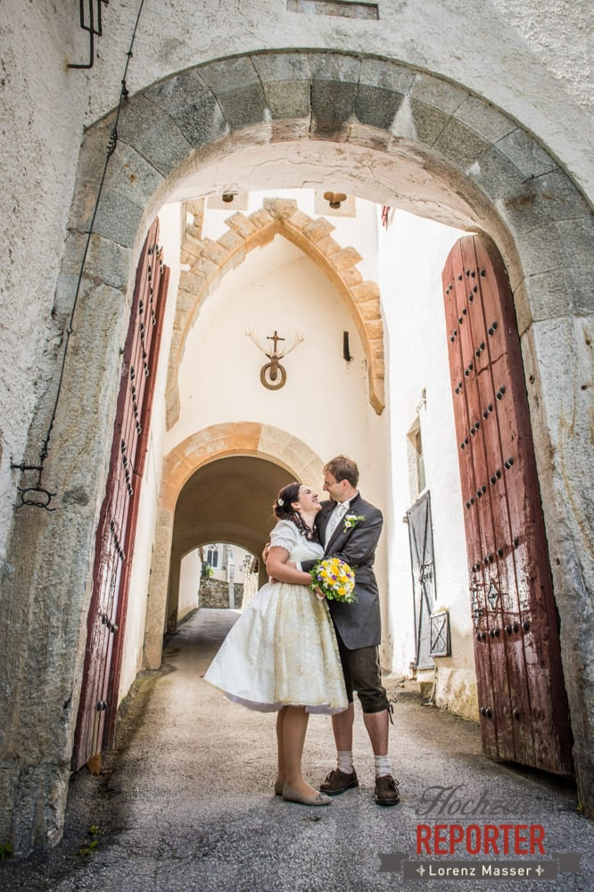 Brautpaar lacht, Schlosseingang, Hochzeit, Schloss Mittersill, Mittersill, Hochzeit, Hochzeitsfotograf, Wedding Photographer,Fotograf Land Salzburg, Lorenz Masser