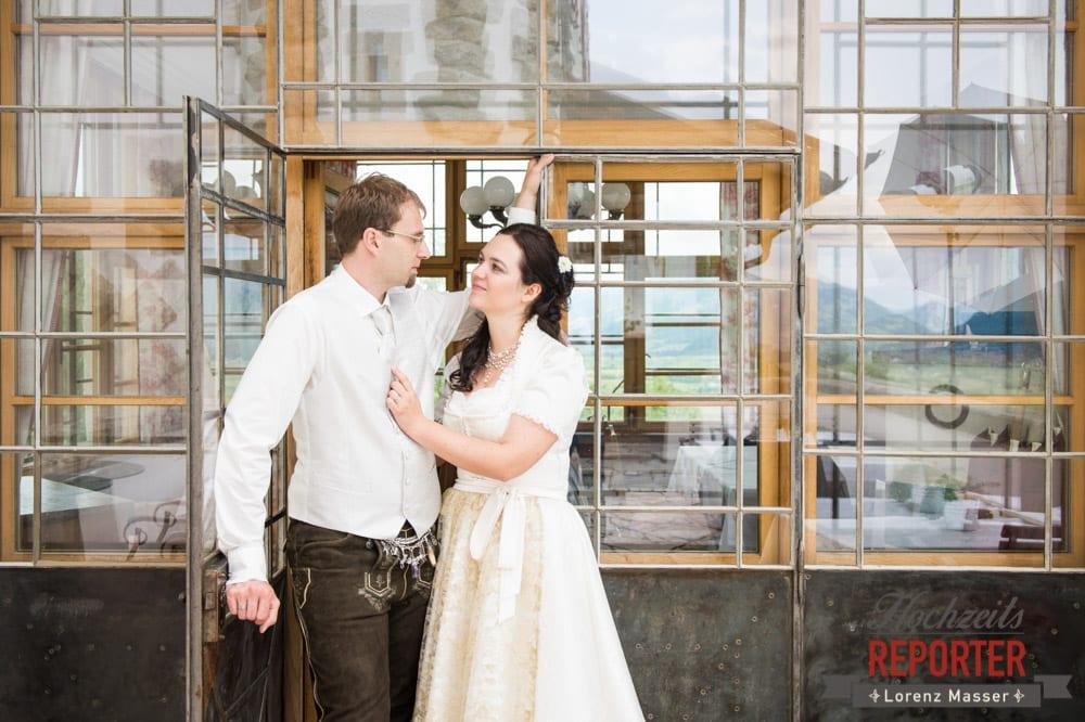 Brautpaar schaut sich in die Augen bei schöner Glaswand, Hochzeit, Schloss Mittersill, Mittersill, Hochzeit, Hochzeitsfotograf, Wedding Photographer,Fotograf Land Salzburg, Lorenz Masser