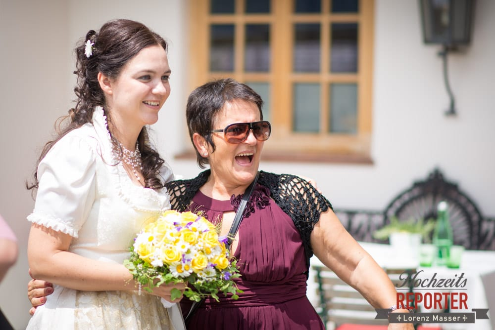 Braut macht Foto mit Verwandtschaft, Hochzeit, Schloss Mittersill, Mittersill, Hochzeit, Hochzeitsfotograf, Wedding Photographer,Fotograf Land Salzburg, Lorenz Masser