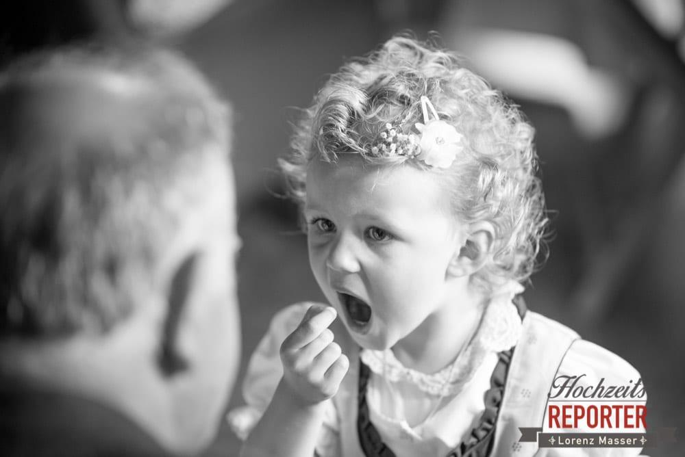 Kleines Mädchen nimmt etwas in den Mund, Hochzeit, Schloss Mittersill, Mittersill, Hochzeit, Hochzeitsfotograf, Wedding Photographer,Fotograf Land Salzburg, Lorenz Masser