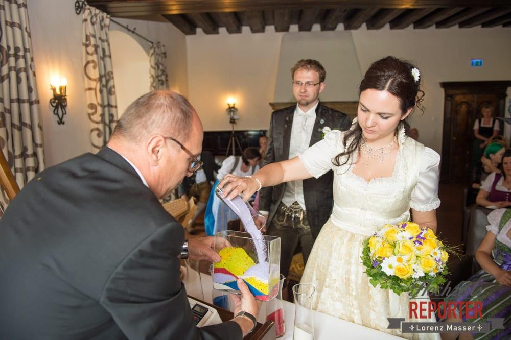 Braut schüttet bunten Sand in Gefäs,Hochzeit, Schloss Mittersill, Mittersill, Hochzeit, Hochzeitsfotograf, Wedding Photographer,Fotograf Land Salzburg, Lorenz Masser