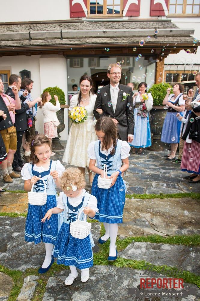 Seifenblasen, Blumenmädchen und Brautpaar, Hochzeit, Schloss Mittersill, Mittersill, Hochzeit, Hochzeitsfotograf, Wedding Photographer,Fotograf Land Salzburg, Lorenz Masser
