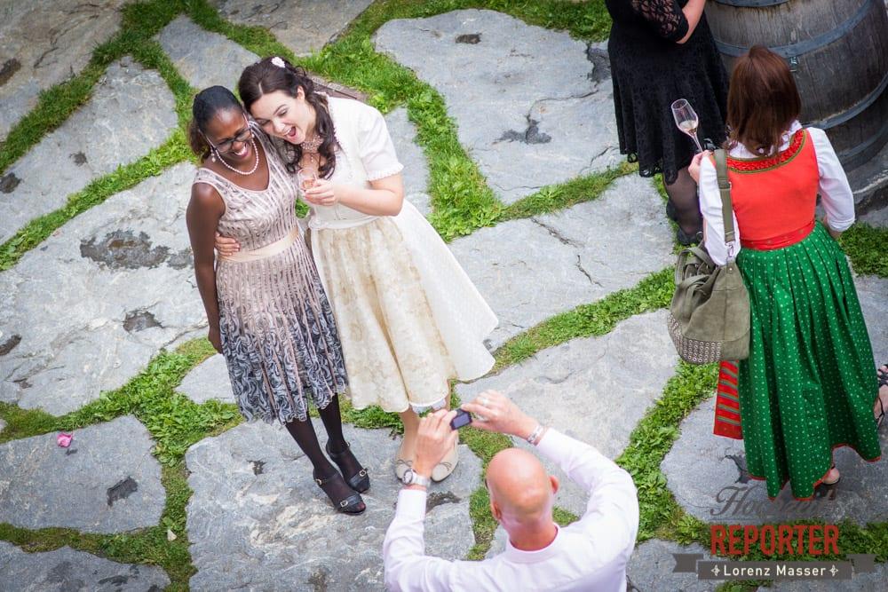 Braut macht Fotos mit bekannten, Hochzeit, Schloss Mittersill, Mittersill, Hochzeit, Hochzeitsfotograf, Wedding Photographer,Fotograf Land Salzburg, Lorenz Masser