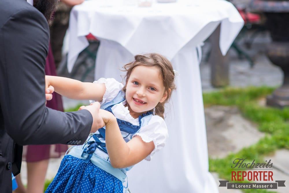 Kleines Mädchen tanzt, Hochzeit, Schloss Mittersill, Mittersill, Hochzeit, Hochzeitsfotograf, Wedding Photographer,Fotograf Land Salzburg, Lorenz Masser