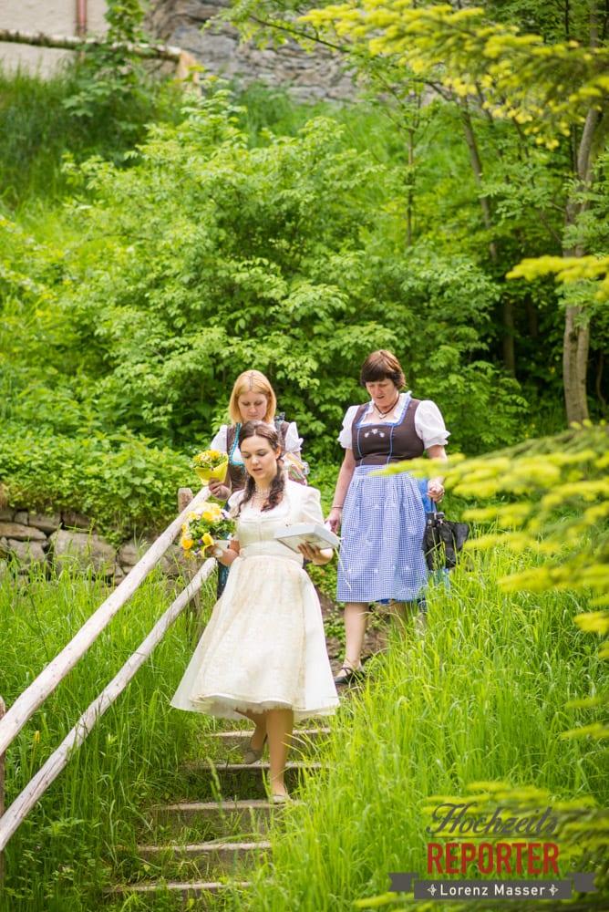 Braut mit Trauzeuginnen gehen Treppe runter, Hochzeit, Schloss Mittersill, Mittersill, Hochzeit, Hochzeitsfotograf, Wedding Photographer,Fotograf Land Salzburg, Lorenz Masser
