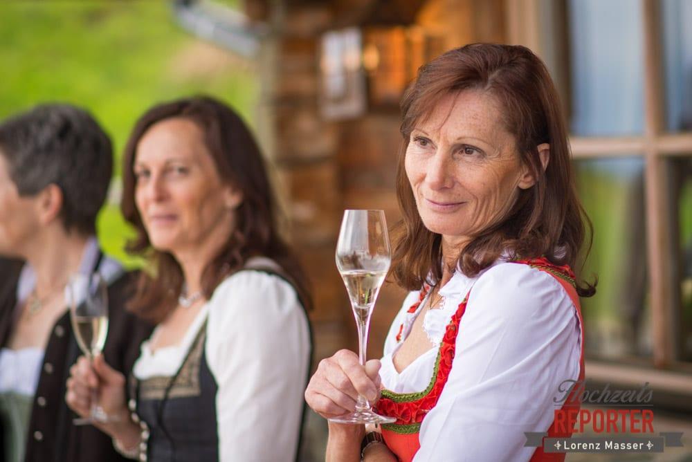Frau mit Wein schaut aus dem Bild, Hochzeit, Schloss Mittersill, Mittersill, Hochzeit, Hochzeitsfotograf, Wedding Photographer,Fotograf Land Salzburg, Lorenz Masser