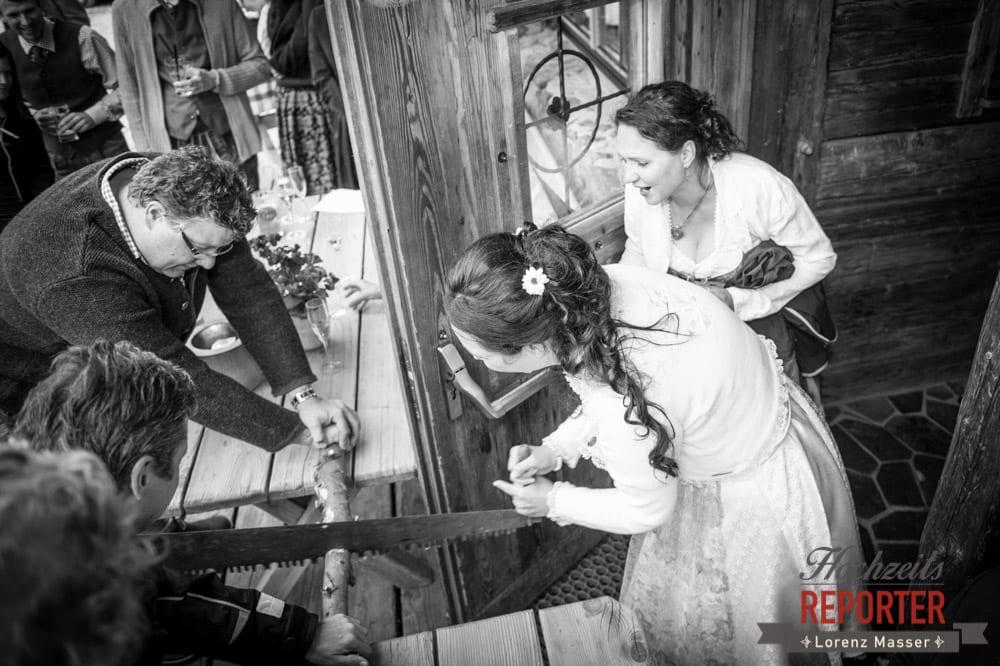 Hochzeitstradition, Holz zusammen zerschneiden, Alm, Toni Alm, Hochzeit, Mittersill, Hochzeit, Hochzeitsfotograf, Wedding Photographer,Fotograf Land Salzburg, Lorenz Masser