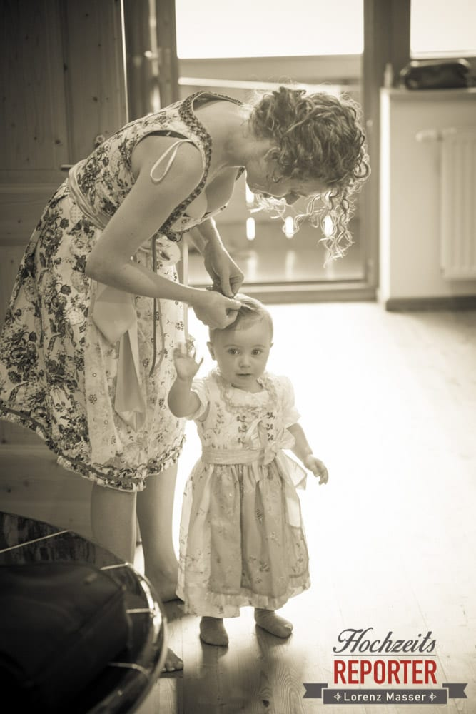 Kind wird Frisur geflochten, Getting Ready, Filzmoos Hochzeitsfotograf, Wedding Photographer,Land Salzburg,  Lorenz Masser