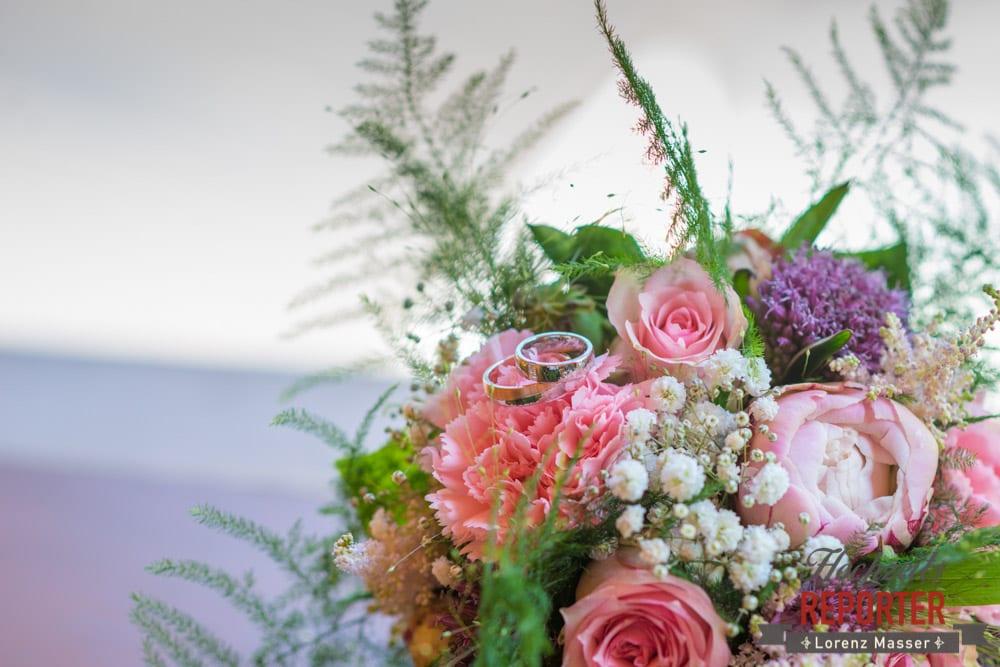 Brautstrauß mit Farn, Ringe auf Brautstrauß, Getting Ready, Filzmoos Hochzeitsfotograf, Wedding Photographer,Land Salzburg,  Lorenz Masser
