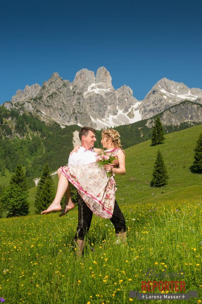 Braut wird von Bräutigam aufgehoben,  Filzmoos, Hochzeitsfotograf, Wedding Photographer,Land Salzburg, Lorenz Masser