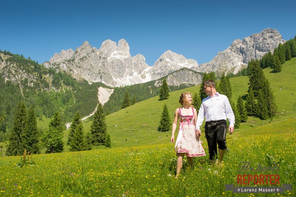 Brautpaar geht über Blumenwiese, Filzmoos, Hochzeitsfotograf, Wedding Photographer,Land Salzburg,  Lorenz Masser