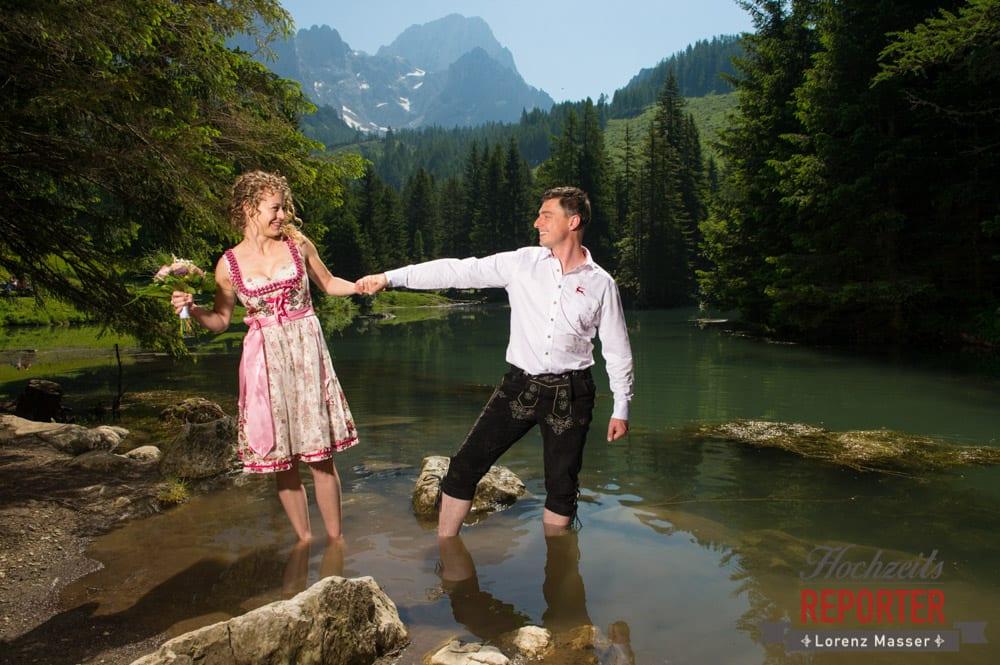 Teich, Brautpaar hält sich an der Hand,  Filzmoos, Vertrauen, Hochzeitsfotograf, Wedding Photographer,Land Salzburg, Lorenz Masser