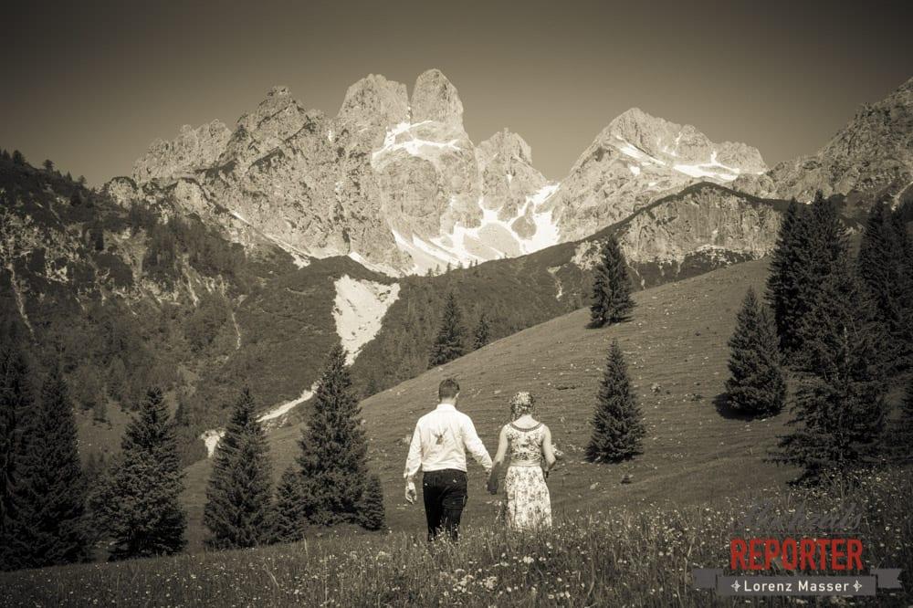 Brautpaar geht in Richtung Bischofsmütze,  Filzmoos, Hochzeitsfotograf, Wedding Photographer,Land Salzburg, Lorenz Masser