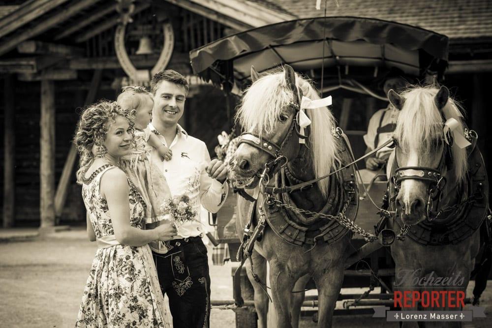 Brautpaar mit Kind bei Pferd,  Filzmoos, Hochzeitsfotograf, Wedding Photographer,Land Salzburg, Lorenz Masser