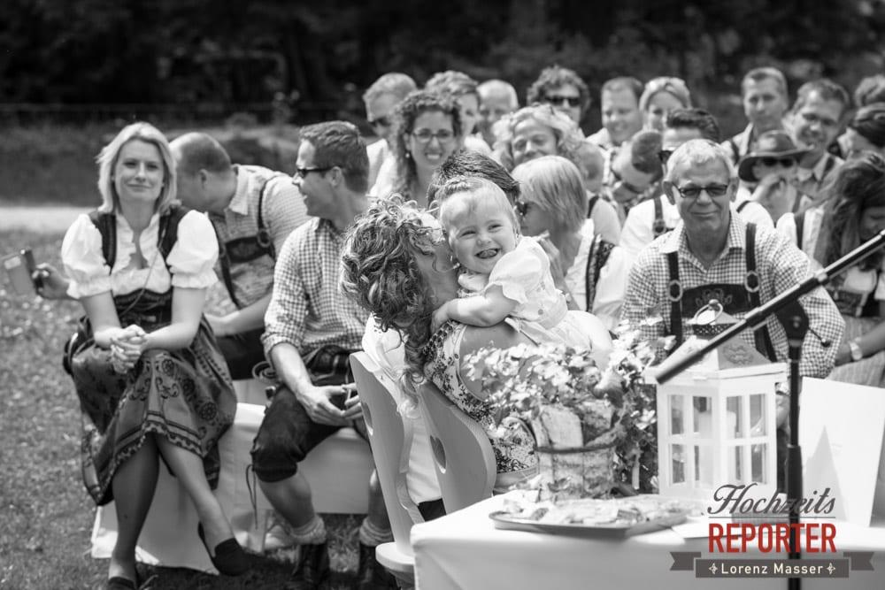 Kind lacht in den Armen der Mutter, Trauung, Trauung im Wald, Trauung in den Bergen,  Filzmoos, Hochzeitsfotograf, Wedding Photographer,Land Salzburg, Lorenz Masser
