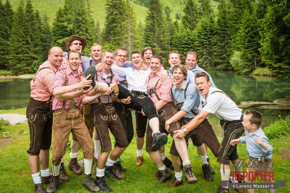 Bräutigam und seine Freunde, Bräutigam wird von seinen Freunden aufgehoben, Filzmoos, Hochzeitsfotograf, Wedding Photographer,Land Salzburg, Lorenz Masser