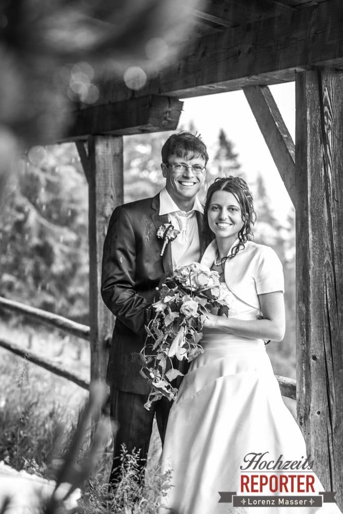 Brautpaar bei Regen untergestellt, Radstadt, Wedding Photographer, Hochzeit,Hochzeitsfotograf, Land Salzburg, Lorenz Masser