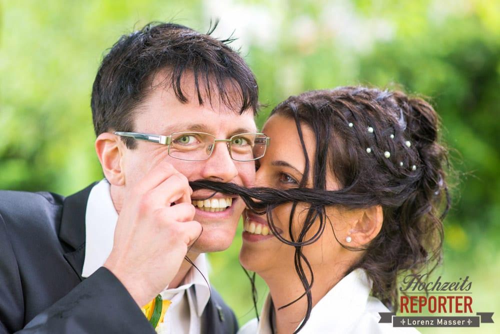 Bräutigam mach Schnauzbart aus Haaren von Braut, Radstadt, Wedding Photographer, Hochzeit,Hochzeitsfotograf, Land Salzburg, Lorenz Masser