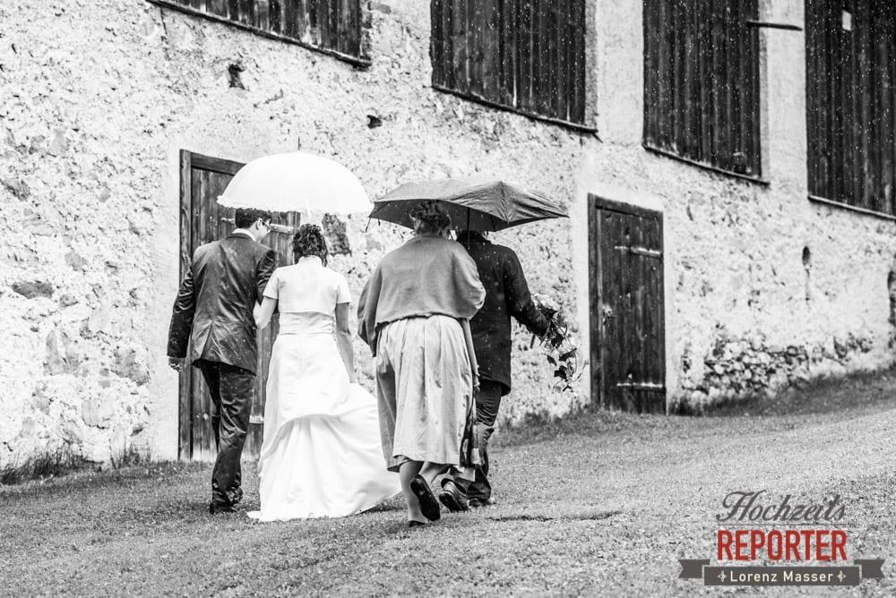 Braut und Trauzeugen im Regen, Radstadt, Wedding Photographer, Hochzeit,Hochzeitsfotograf, Land Salzburg, Lorenz Masser