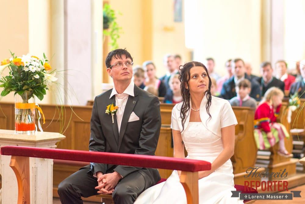 Brautpaar schaut nach oben in die Rechte ecke, Radstadt, Wedding Photographer, Hochzeit,Hochzeitsfotograf, Land Salzburg, Lorenz Masser