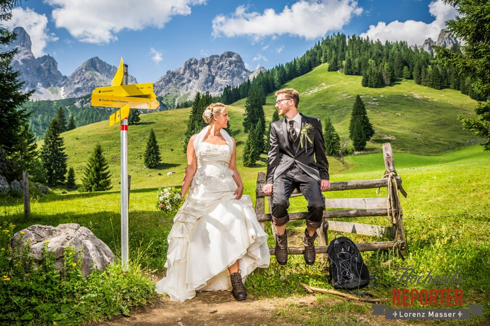 Wandern mit dem Brautpaar, Brautpaar wandert, Portrait, Unterhofalm, Filzmoos, Hochzeitsfotograf, Wedding Photographer, Lorenz Masser