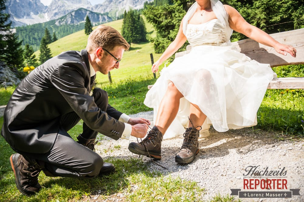 Bräutigam bindet Braut die Wanderschuhe zu, Unterhofalm, Filzmoos, Hochzeitsfotograf, Wedding Photographer, Lorenz Masser